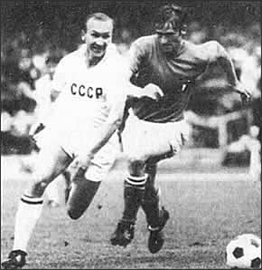 Геннадий Еврюжихин уходит от итальянского защитника.